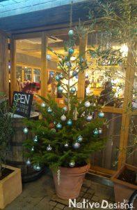 ビストロのテラスに飾るクリスマスツリー 高さ2m