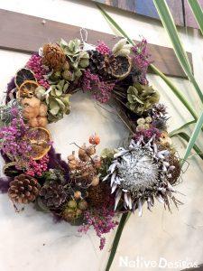 キングプロテアのドライフラワーと実ものをアレンジした人気のクリスマスリース 二子玉川